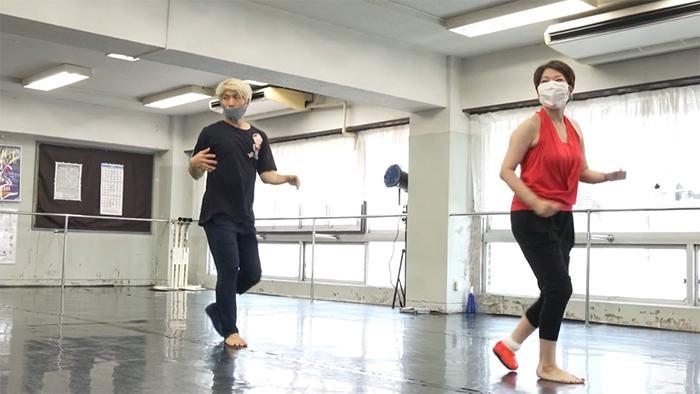大前光市さんと一緒に踊る金氏知江子さん