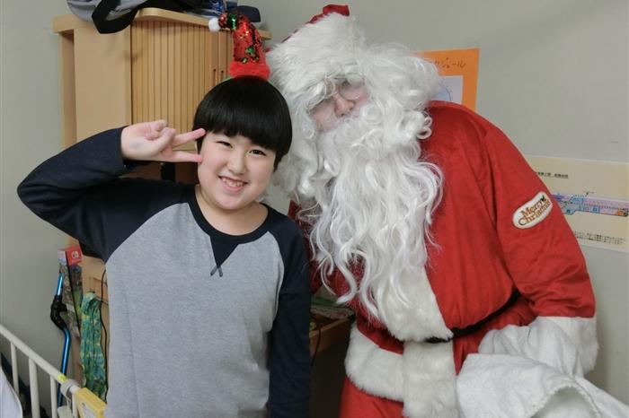 サンタさんと勉強中の男の子