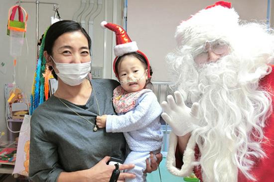 サンタさんに驚いて泣いてしまう子ども
