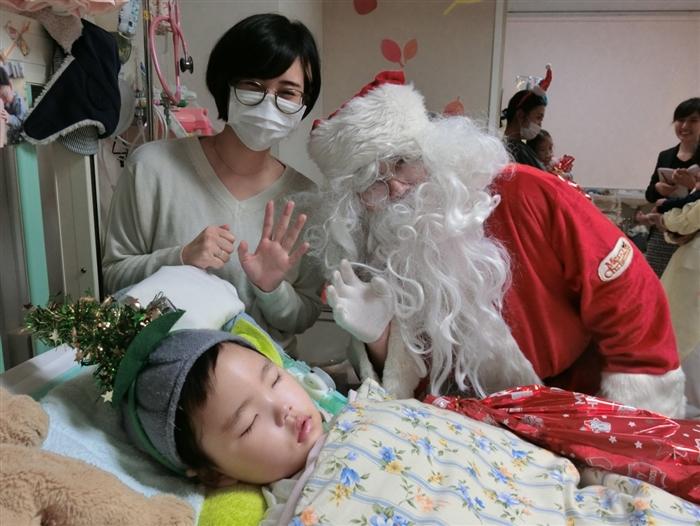 サンタさんとすやすや眠る子ども