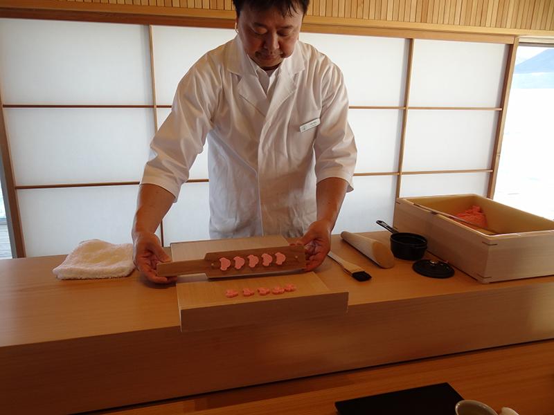 職人が目の前で落雁や季節の生菓子を丁寧に作る