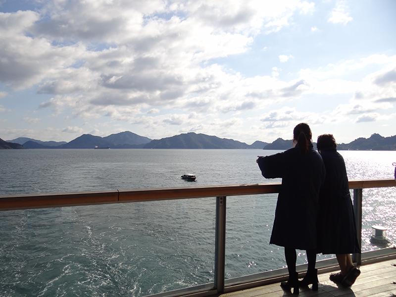 船上から海を眺める母と娘