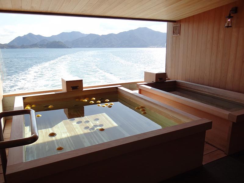 ペアでゆったりと入浴できるバスタブは、瀬戸内の柑橘が香る爽やかな空間