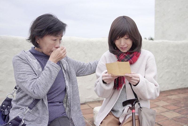 Kさんがお母様に対して感謝の気持ちを伝える手紙を読んでいる