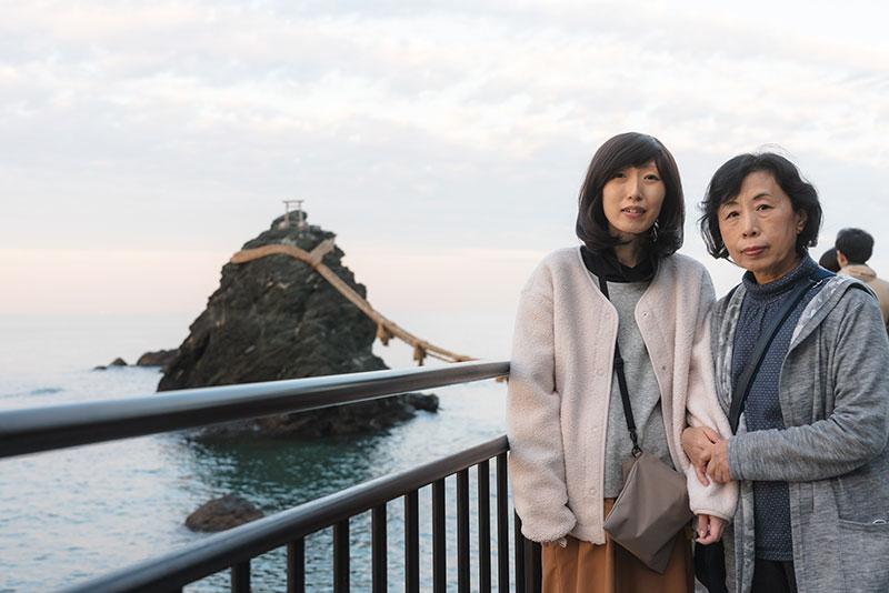 夫婦岩で写真に写るKさんとお母様