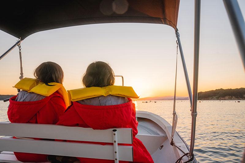 船に乗って夕陽を見るKさんとお母様
