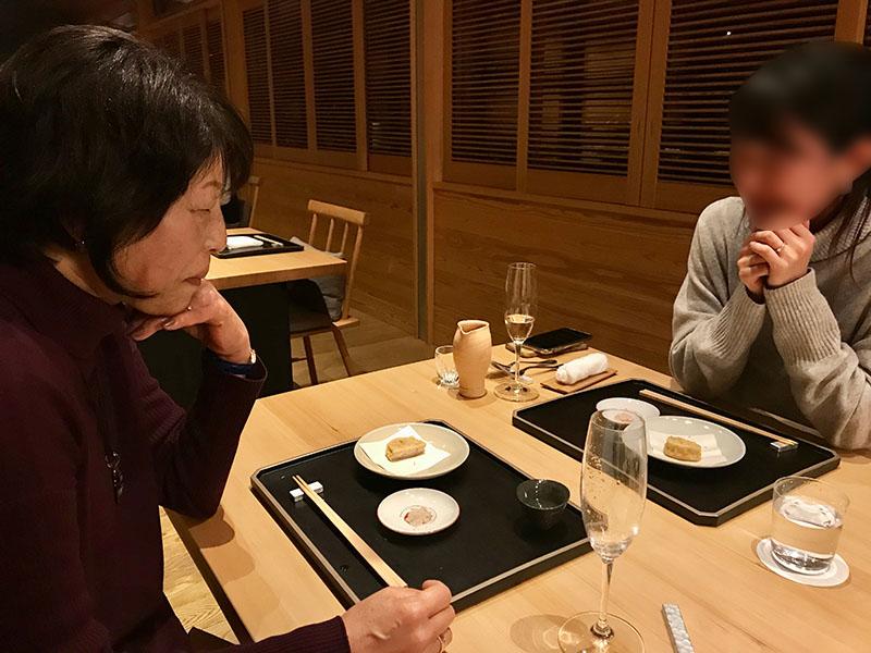 ディナーを楽しむ山根先生と娘さん