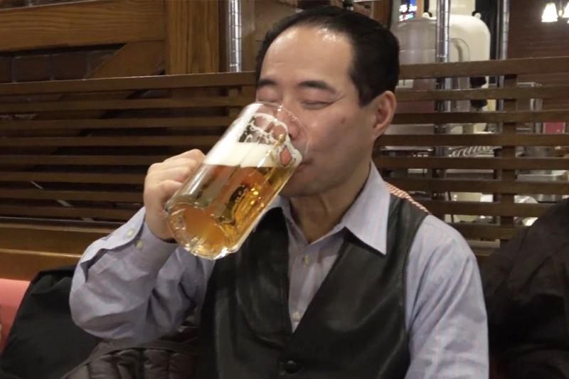 CaNoW_008_ビールを飲むNさん
