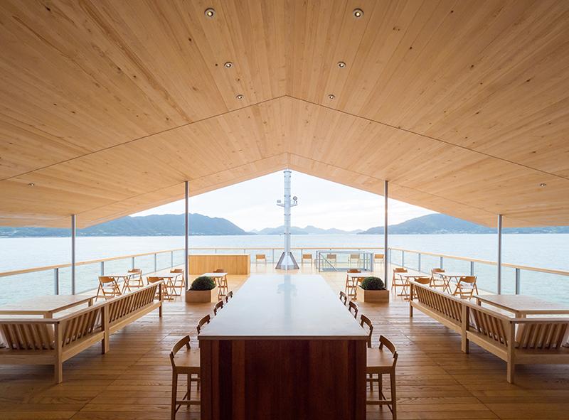 木材をふんだんに使用したぬくもりあふれる空間の船内。風が通り抜ける開放的なテラス