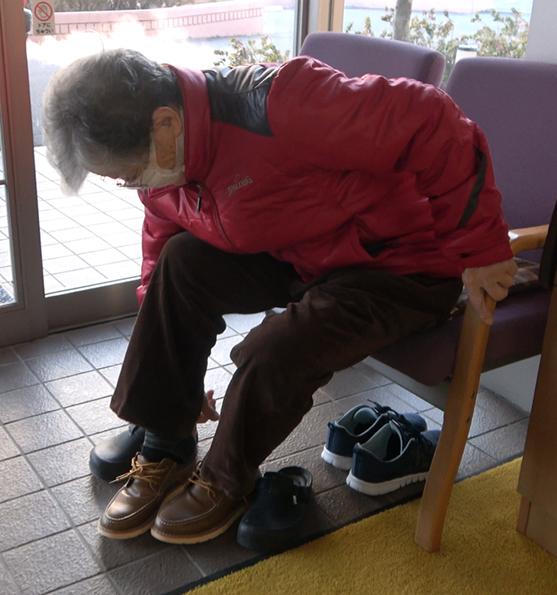 CaNoW_015_赤のジャンパーを着て新品の靴を履く守屋さん