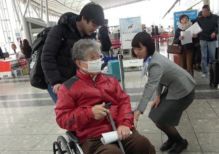 CaNoW_015_空港で車椅子に乗る守屋さん