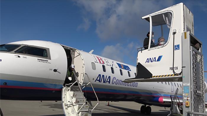 CaNoW_015_車椅子専用リフトで飛行機に搭乗する守屋さん