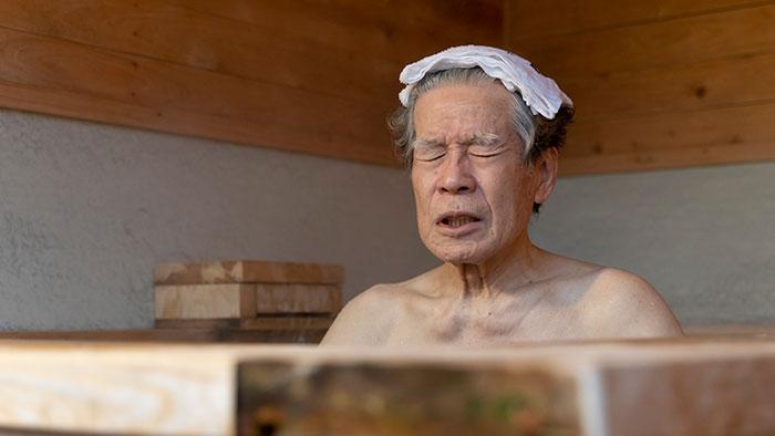 CaNoW_015_露天風呂につかり、気持ちのよさそうな守屋さん