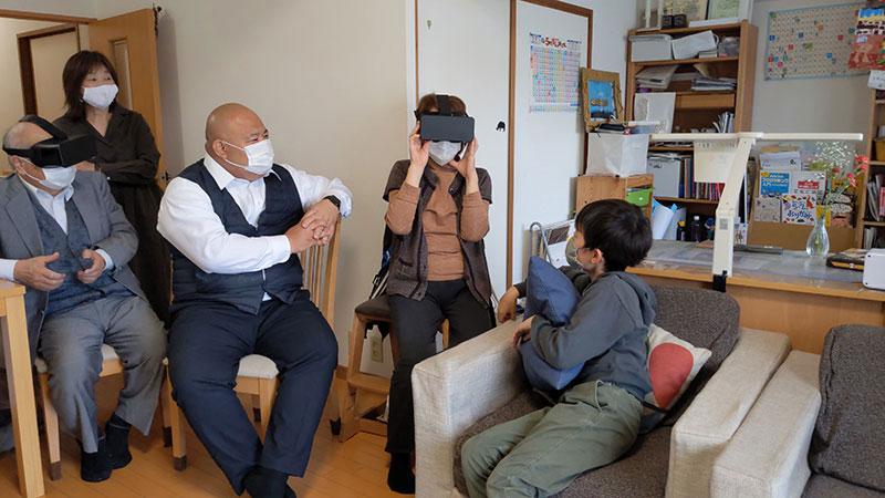 VR鑑賞で思い出を振り返る、子どもたちと親戚の方々